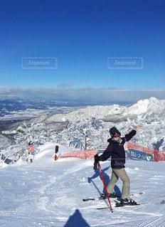 雪の山でスキーに乗っている人のグループの写真・画像素材[1117693]