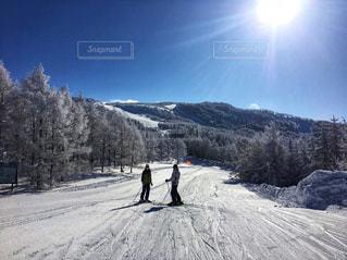雪に覆われた斜面をスキーに乗る男の写真・画像素材[1117694]