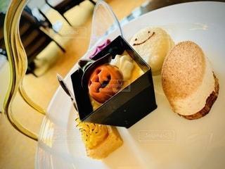 皿の上のケーキの写真・画像素材[2768342]