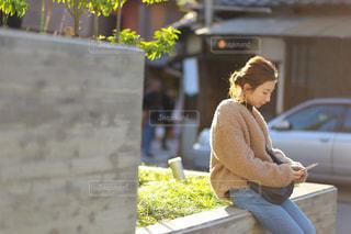 ベンチに座っている人の写真・画像素材[1032375]
