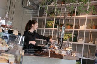 店の前に立って食べ物を準備する人の写真・画像素材[2276222]