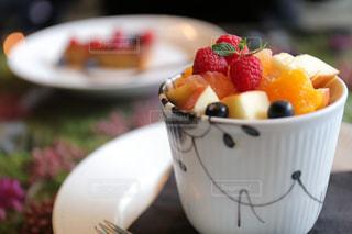 食べ物の皿とコーヒー1杯のクローズアップの写真・画像素材[2276224]