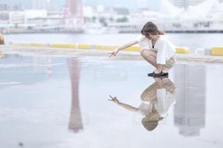 水たまりに写る女の子の写真・画像素材[2278899]