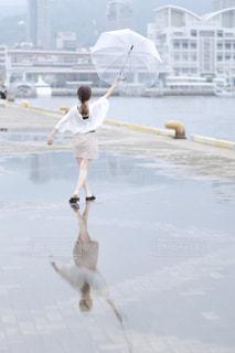 水域の隣に立っている女の子の写真・画像素材[2278904]
