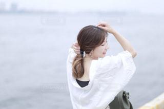 髪を結ぶ女の子の写真・画像素材[2281352]