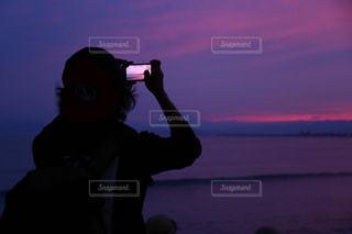 写真を撮る男性の写真・画像素材[2283375]