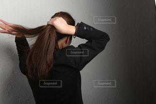 髪を束ねる人の写真・画像素材[2286212]