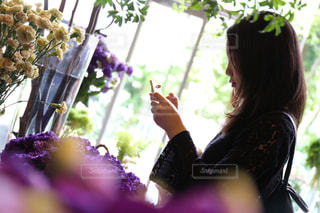 花の前に立つ女性の写真・画像素材[2286683]