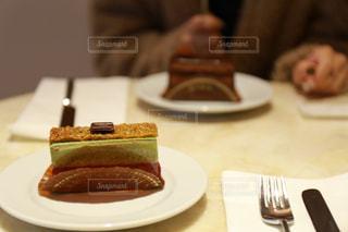 テーブルの上のケーキの写真・画像素材[2286987]