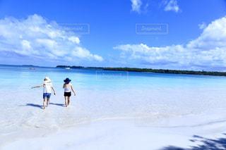 ニューカレドニアの海と女性の写真・画像素材[2328735]