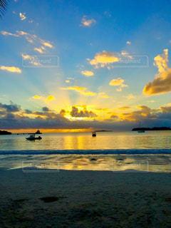 夕焼け空と海の写真・画像素材[2328740]