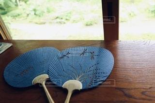 木製のテーブルに置かれたうちわの写真・画像素材[3552731]
