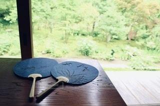 木のテーブルの上にあるうちわの写真・画像素材[3552734]