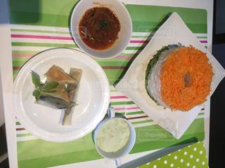 テーブルの上に食べ物のプレートの写真・画像素材[1078749]