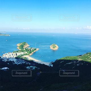 海で山と青空との写真・画像素材[1111607]