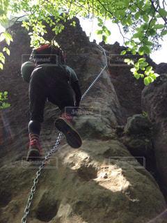 岩の上のトリックをしている男の写真・画像素材[1407911]