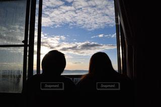 女性,20代,空,窓,山,旅行,写真,早朝,ツーショット