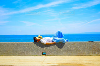 ビーチで空気を通って飛んで人の写真・画像素材[1329687]