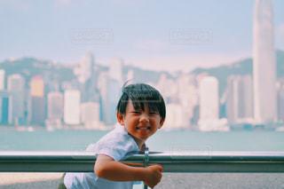 ベンチに座っている少年の写真・画像素材[1384492]