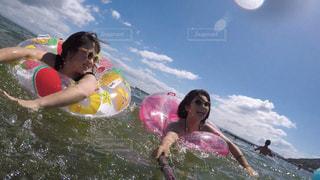 水のサーフボードで波に乗って若い女の子の写真・画像素材[1390629]