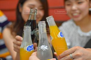 ボトルを保持している人の写真・画像素材[1411420]
