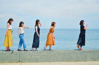 ビーチの上を歩く人々 のグループの写真・画像素材[1427158]
