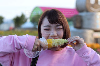 いくつかの料理を食べている女の子の写真・画像素材[1508200]