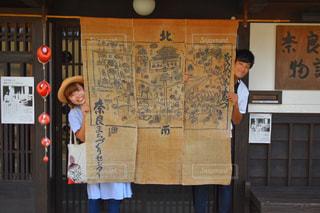 店の前に立っている人の写真・画像素材[1586598]