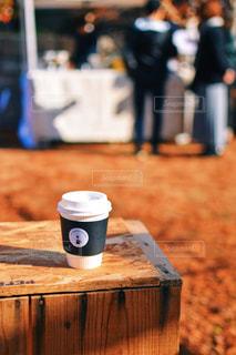 木製のテーブルの上に座ってコーヒー カップの写真・画像素材[1654294]