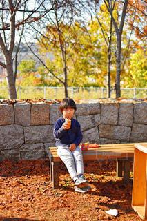 ベンチに座っている少年の写真・画像素材[1654295]