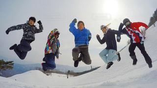 雪の空気中のジャンプ人数覆われた斜面の写真・画像素材[1714658]