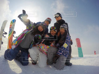 雪のボードの上に座って人々 のグループの写真・画像素材[1714670]