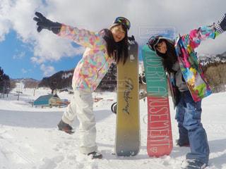 雪のボードの上に立って人々 のグループの写真・画像素材[1714671]