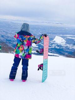 雪の中で立っている女の子の写真・画像素材[1714687]