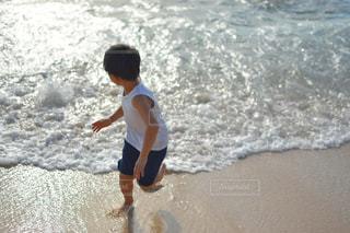 海でサーフボードで波に乗って若い男の写真・画像素材[1815866]