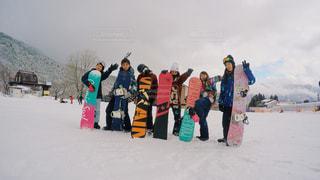 雪の中に立っている人々 のグループの写真・画像素材[1830219]