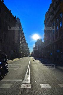 車で狭い街は道の脇に駐車の写真・画像素材[1862164]