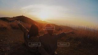 夕焼けを背景にした男の写真・画像素材[2090472]