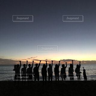 水域の隣に立っている人々のグループの写真・画像素材[2137908]