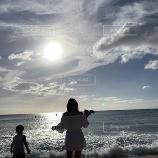 浜辺に立っている男と女の写真・画像素材[2137915]