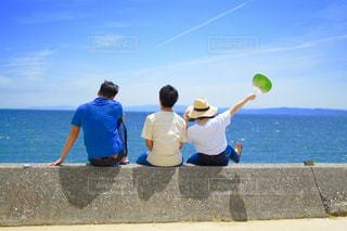 浜辺で凧を飛ばしている人の写真・画像素材[2137933]