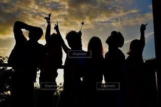曇った空の前に立っている人々のグループの写真・画像素材[2175341]