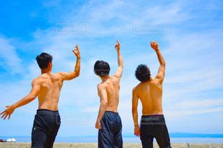 砂浜の上に立っている人々のグループの写真・画像素材[2175342]