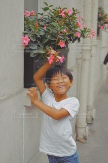 携帯電話で話している若い女の子の写真・画像素材[2345295]