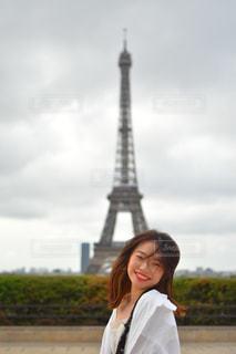 橋の前に立っている人の写真・画像素材[2345297]