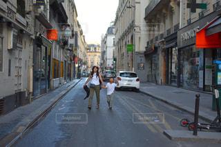 にぎやかな街の通りのクローズアップの写真・画像素材[2374543]
