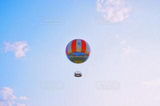 空を飛ぶ人々のグループの写真・画像素材[2412258]