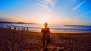 浜辺に立っている人の写真・画像素材[2412261]