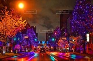 夜の交通でいっぱいの街通りの眺めの写真・画像素材[2735359]