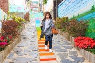 歩道を歩く女性の写真・画像素材[2742352]